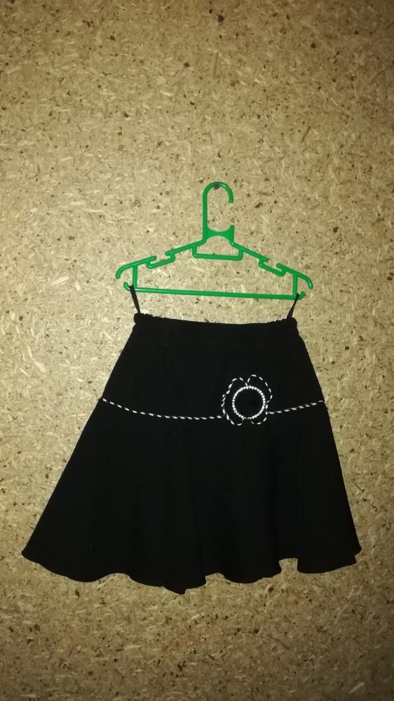 Czarna elegancka rozkloszowana spódnica 128 cm...