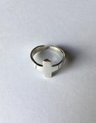 Pierścionek srebrny z krzyżykiem