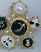 Duża akrylowa broszka nr 5 perły...