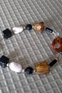 Ładna bransoletka z koralików i kamieni naturalnych...