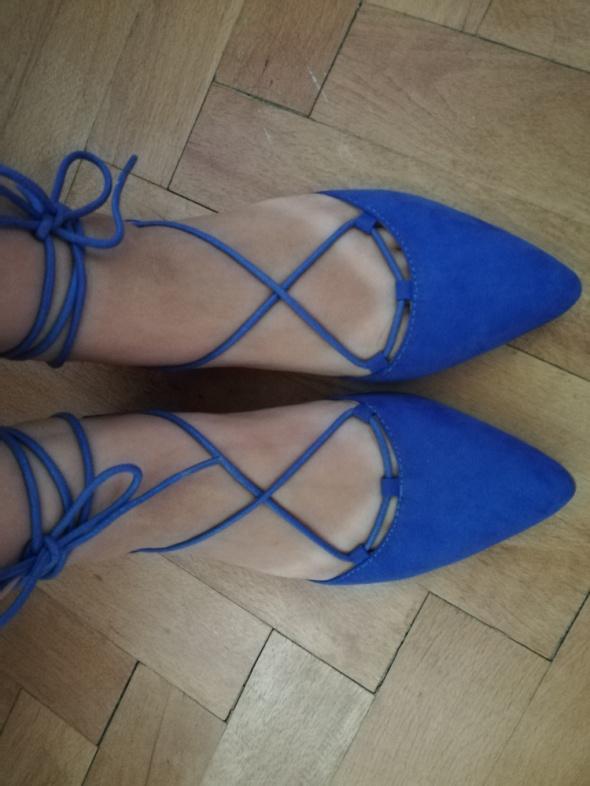 Balerinki niebieskie zamszowe wiązane