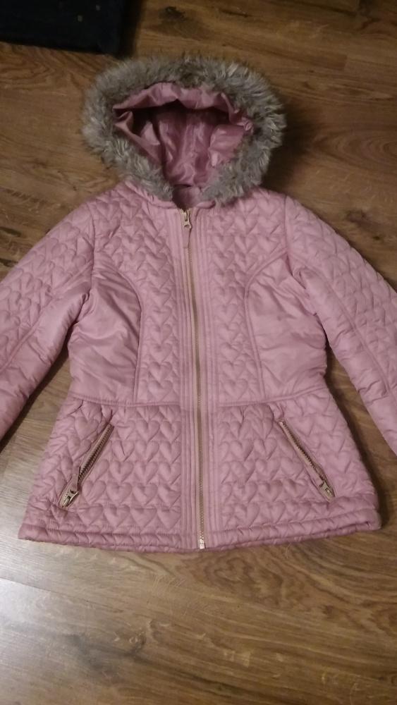 Różowa kurtka pikowana z kapturem baskinka