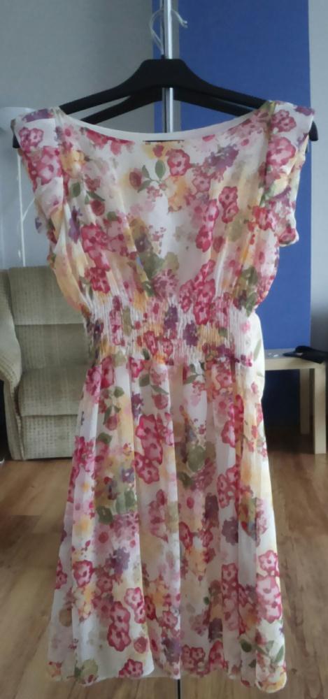 Letnia sukienka w kolorowe kwiaty