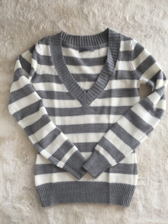 Sweterek w serek...