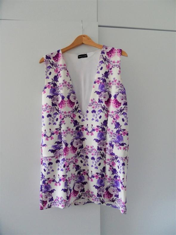 Piękna sukienka w kwiatki z dużym dekoltem party Pretty Little Thing