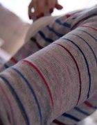 Sweterek w paski Bershka...