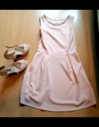 śliczna pudrowa rozkloszowana sukienka...