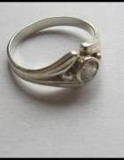 Srebrny pierścionek z cyrkonią...