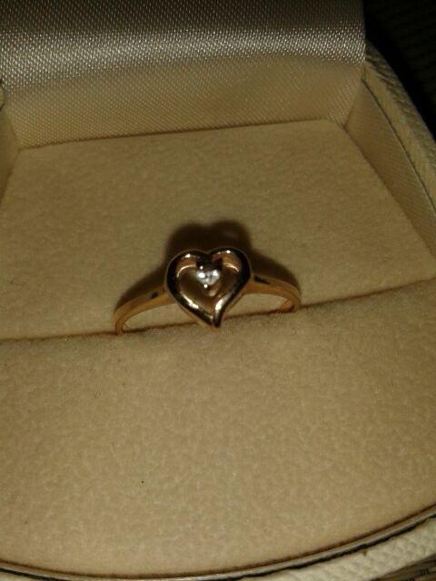 Złoty pierścionek srece i diamencik