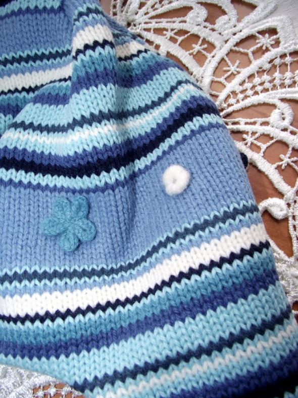 Śliczna czapka uszatka w kolorowe paseczki z warkoczykami