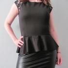 Czarna elegancka sukienka z baskinką i koronką