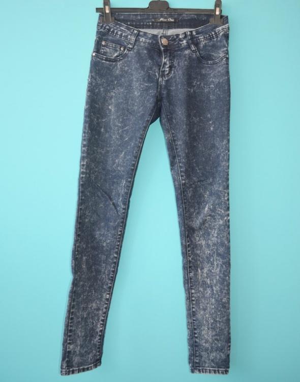 Ciemne jeansy marmurki