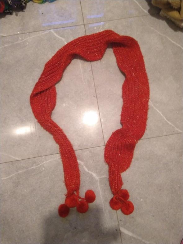 Czerwony szalik z pomponami