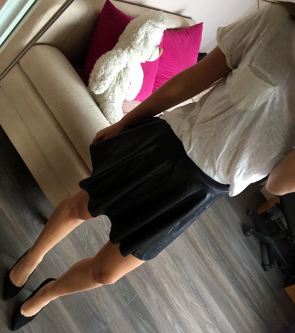 Spódnice Czarna skórzana rozkloszowana spódnica BERSHKA XS