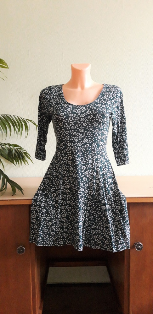 Kwiecista sukienka ciemna zieleń...