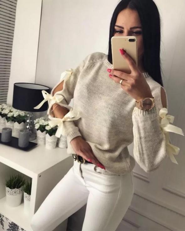 Sweterek z kokardkami kolory