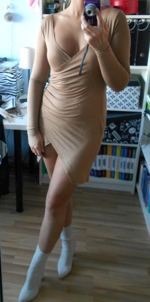 Pretty Little Thing sukienka nude asymetryczna