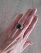 Stary srebrny pierściinek z kamieniem kopuła