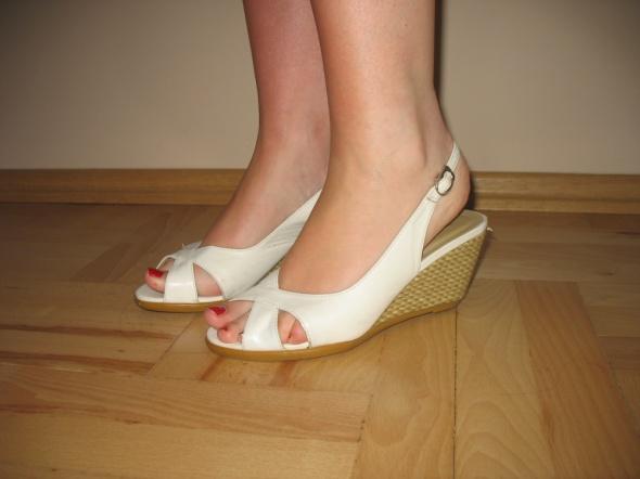 Białe sandały koturny słomkowe 36