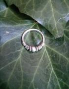 Srebrny pierścionek z ciekawym wzorem...