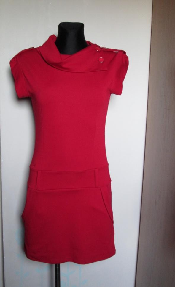 Wiśniowa sukienka z kieszeniami i ozdobnymi guzikami