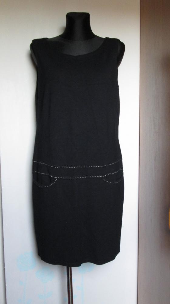 Czarna sukienka lub tunika z białymi przeszyciami i kieszeniami