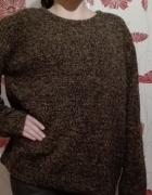 Brązowy sweter typu oversize...