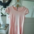 sukienka rozkloszowana pudrowa pastelowa s