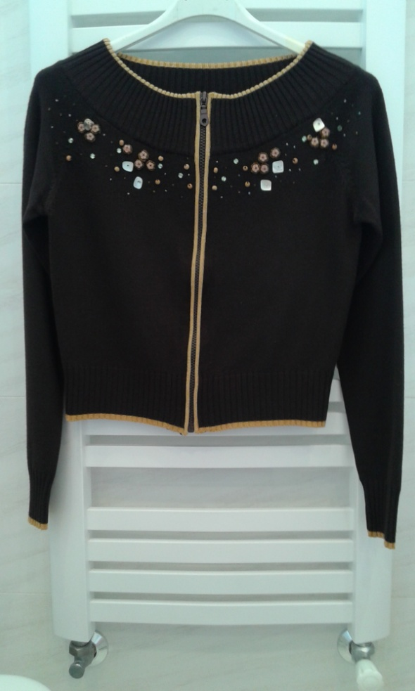 Swetry Brązowy sweter z ozdobą z koralików XS 34