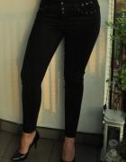 czarne jeansy z metalowymi ozdobami...