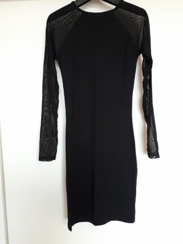 Czarna sukienka z rękawami z siateczki...