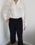 Czarne spodnie w białe prążki rybaczki...