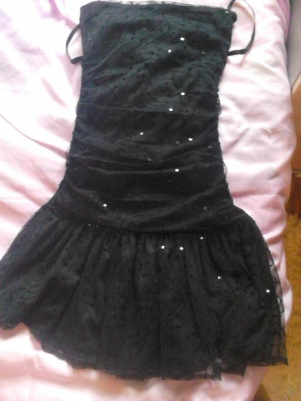 Czarna sukienka GINA TRICOT
