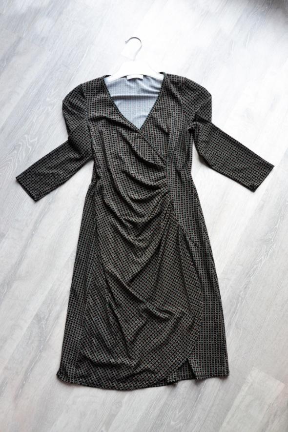 Czarna wzorzysta sukienka kopertowa Promod
