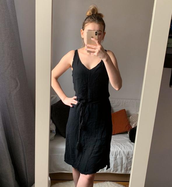 Letnia sukienka taliowana prosta czarna basic Cubus M...