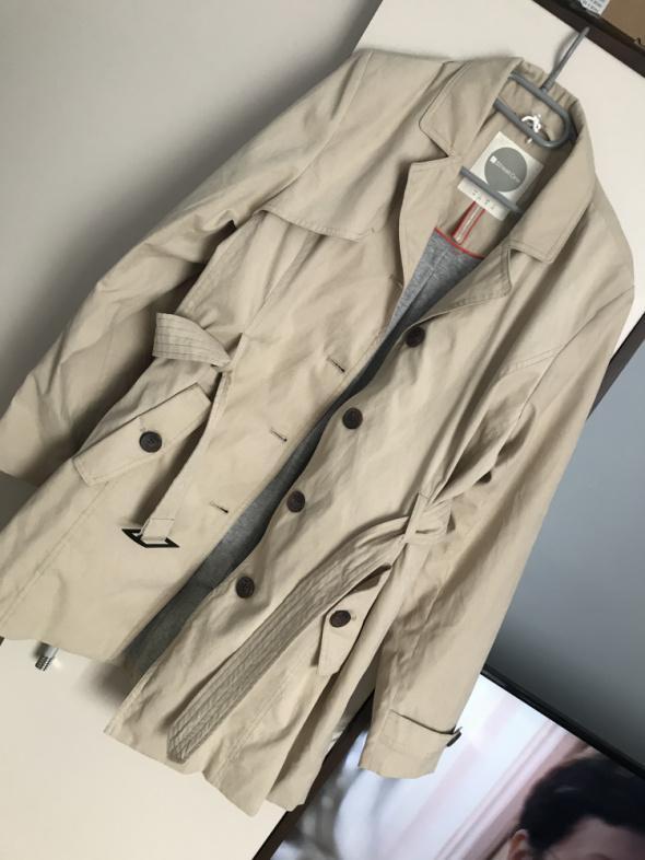 Beżowy trencz płaszcz z paskiem