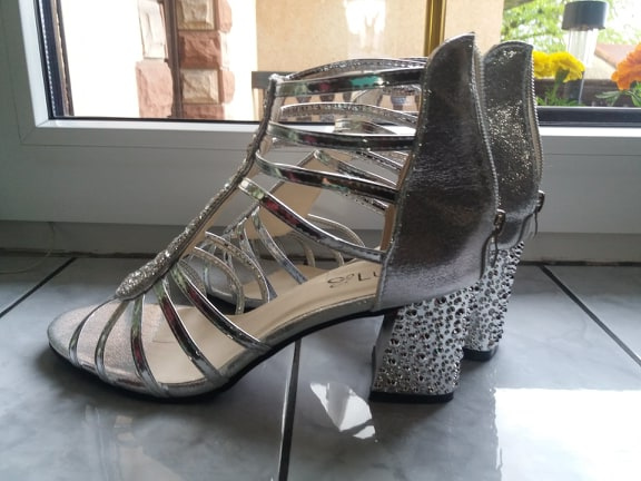 Sandały srebrne na śred obcasie r41