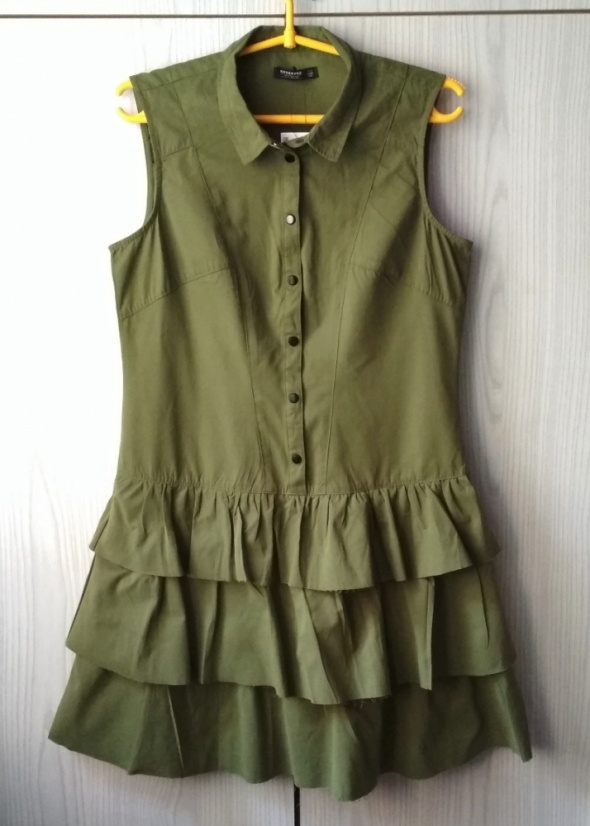 Sukienka khaki z falbankami zapinana na guziki Reserved