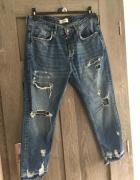 Spodnie jeansy z przetarciami Bershka...