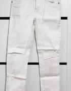 Białe spodnie z przetarciami