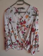 Bluzka w kwiaty kopertowa Bershka...