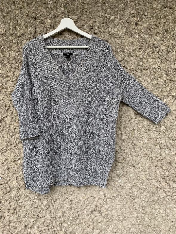 sweter oversize połączenie bieli i szarości