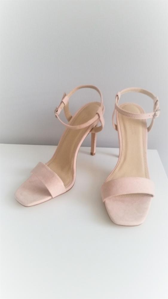 Piękne sandałki nude Truffle Collection