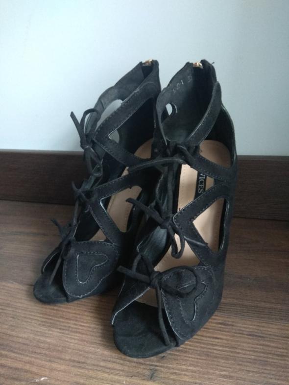 Botki letnie sandały wiązane szpilki czarne serca Vices 35