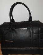 Czarna torba podróżna...