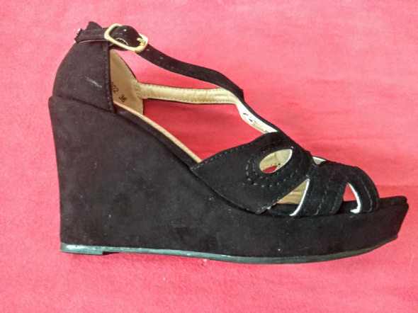 Nowe czarne sandałki na koturnie 36
