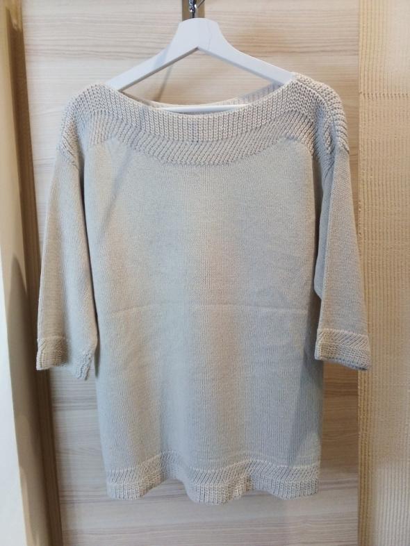 Sweter z ozdobnym dekoltem