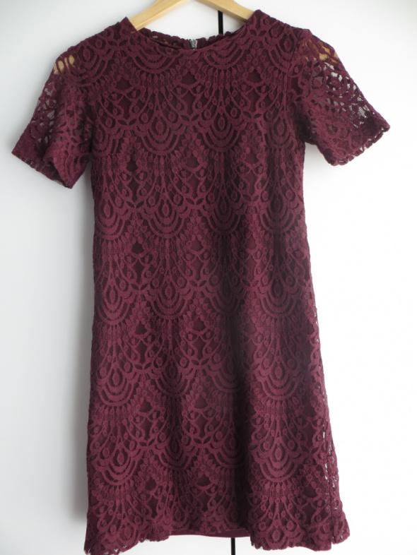 Bordowa koronkowa sukienka