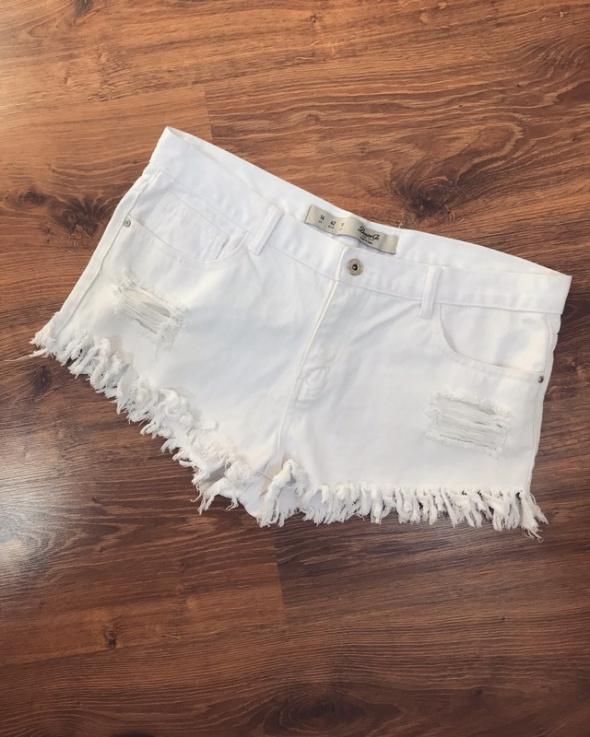 Białe spodenki jeans XL