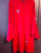 czerwona sukienka rozszerzane rękawy naszywki